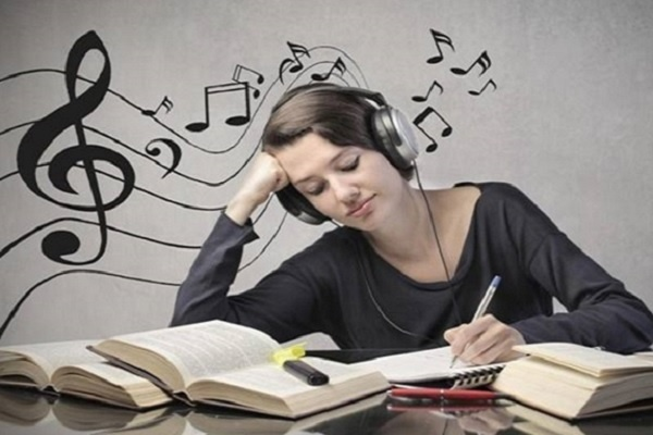 Studiare con la musica aiuta davvero a studiare meglio?