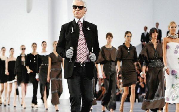 Addio a Karl Lagerfeld, icona della moda anni '90 e 2000