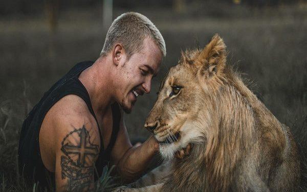 La storia di Dean Schneider, il ragazzo che sussurra ai leoni